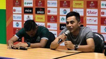 Pelatih PSS Seto Nrudiyantoro mewakili Gufron menjawab pertanyaan wartawan. (SURYA.CO.ID)
