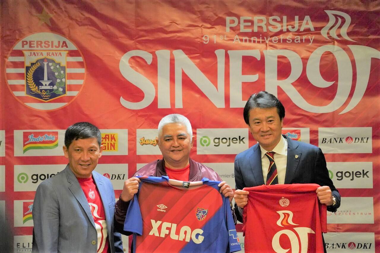 CEO dan Direktur Utama Persija Jakarta, Ferry Paulus dan Ambono Janurianto, bersama Presiden FC Tokyo, Naoki Ogane, dalam peresmian kerja sama kedua klub, Kamis (28/11/2019). (Foto: Persija).