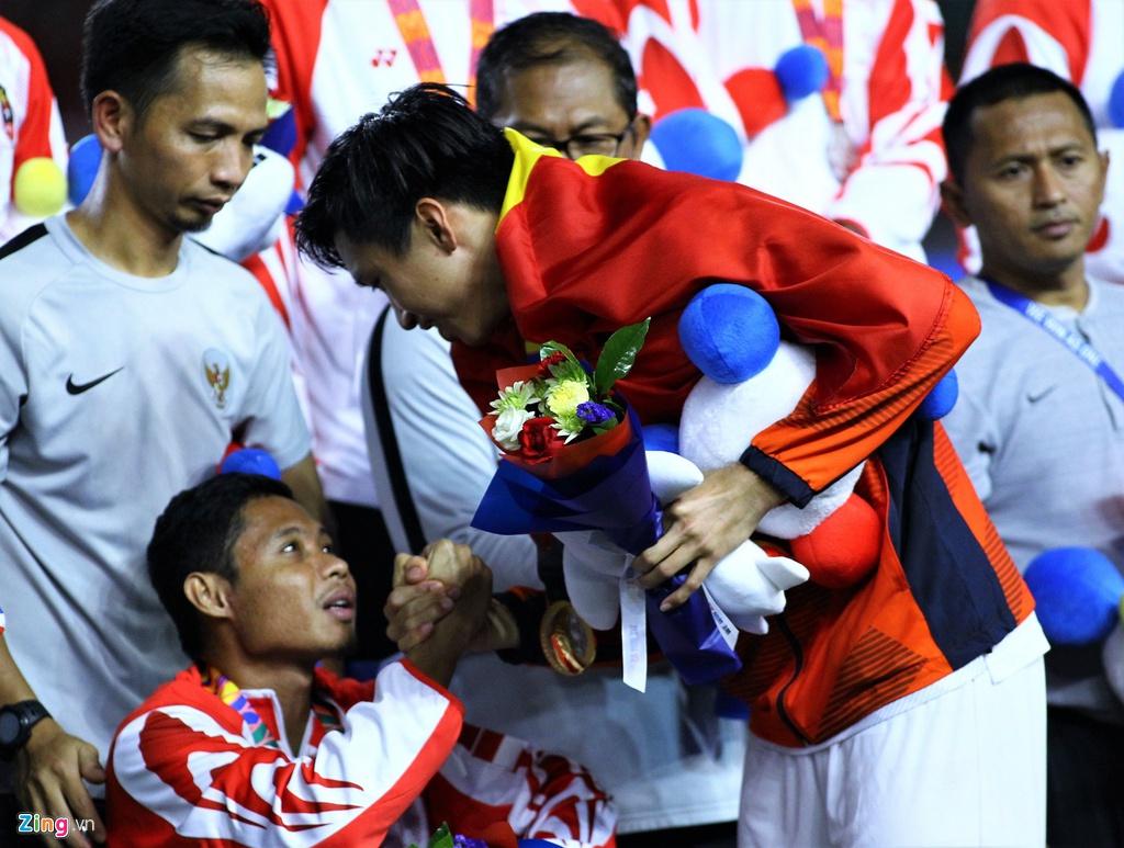 Doan Van Hau minta maaf ke Evan Dimas. (Foto: Zing.vn).