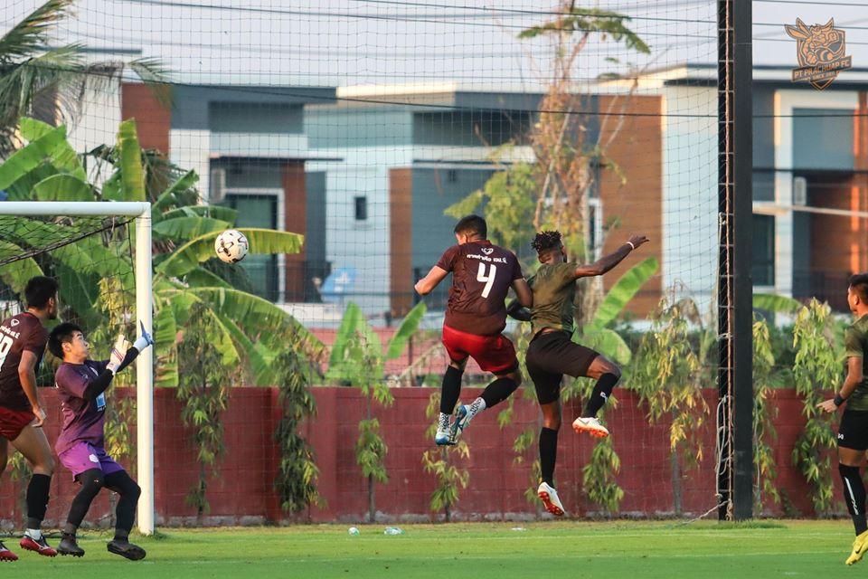 Gol Yanto Basna ke gawang Port FC dalam pertandingan uji coba, Selasa (7/1/2020). (Foto: Facebook/@ptprachuapfc).