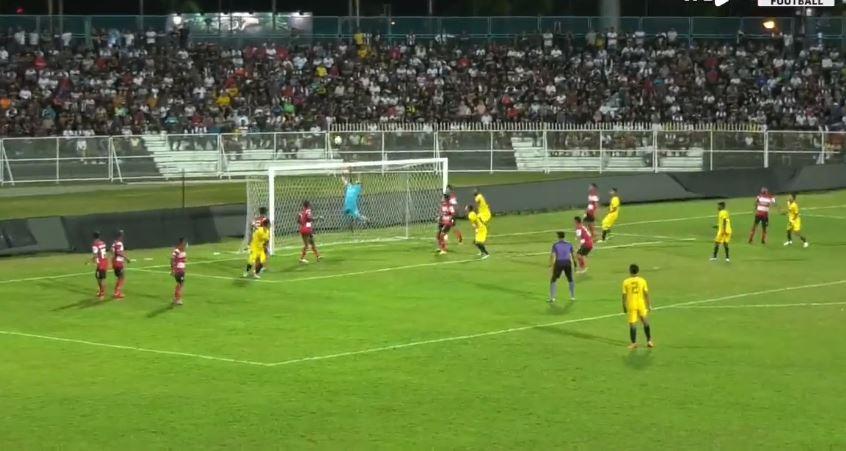 M. Ridho gagal mengantisipasi free-kick Azalinullah. (Facebook/@balrz.tv).