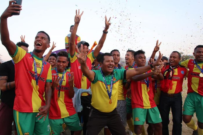 Yance Metmey saat merayakan trofi juara Piala Super Timor Leste. (FACEBOOK.COM/OFISIALFCLALENOKUNITED).