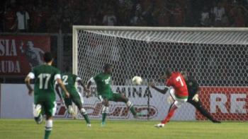 Gol Boaz Solossa ke gawang Arab Saudi. (Foto: FIFA).