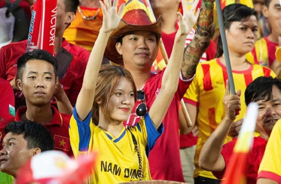 Suporter cantik Nam Dinh. (Foto: Zing.vn).