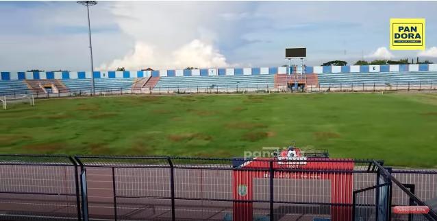 Kondisi terkini Stadion Surajaya Lamongan. (Foto: YouTube/KEDAI PANDORA).
