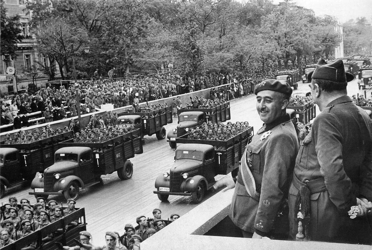 Franco-reviewing-troops_1939